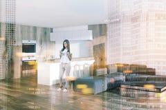 Studio bianco della cucina, vista laterale del salone tonificata Fotografia Stock