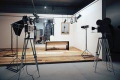Studio cinematografico con le macchine fotografiche e le attrezzature di film fotografia stock