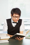 Studio cinese dell'allievo maschio dell'istituto universitario Fotografia Stock Libera da Diritti