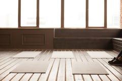 Studio con le stuoie di yoga sul pavimento di legno per addestramento del gruppo Fotografia Stock Libera da Diritti