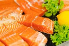 Studio cru de plan rapproché de poissons saumonés oranges Photo stock