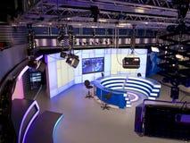 Studio d'ACTUALITÉS de TV avec l'équipement léger prêt pour l'enregistrement Photographie stock