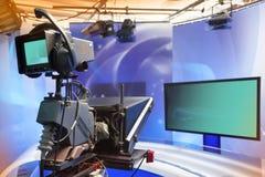 Studio d'ACTUALITÉS de TV avec l'appareil-photo et les lumières photos stock
