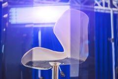 Studio d'ACTUALITÉS de TV avec l'appareil-photo et les lumières photographie stock libre de droits
