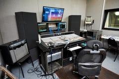 Studio d'enregistrement avec l'équipement moderne photo libre de droits