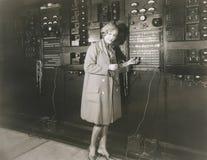 Studio d'enregistrement du bruit en 1930 s de surveillance de femme Photo libre de droits