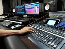 Studio d'enregistrement sonore avec l'appareil d'enregistrement de musique image stock