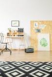 Studio d'Ucycled plat avec l'espace de travail Photos stock