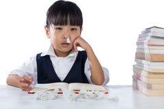 Studio d'uso dell'uniforme della bambina cinese asiatica malata Immagine Stock