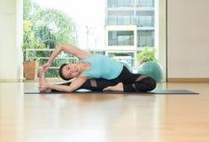 Studio de classe de yoga, pose faisante principale de femme asiatique, Healthly lifesty image libre de droits