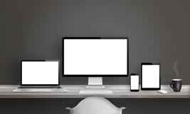 Studio de concepteur de Web avec différents dispositifs Photos stock