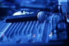 Studio de mélange avec des microphones Photographie stock libre de droits