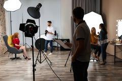 Studio de photo avec l'équipement et l'équipe professionnels photo libre de droits