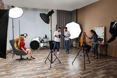 Studio de photo avec l'équipement et l'équipe professionnels image stock