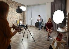 Studio de photo avec l'équipement et les travailleurs professionnels images libres de droits