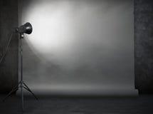 Studio de photo dans la vieille pièce grunge Photo libre de droits