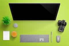 Studio de photographe avec le grand affichage d'ordinateur Photo libre de droits