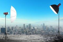 Studio de photographie avec une installation légère sur le contexte de bâtiments de ville Images libres de droits