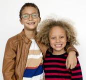 Studio de sourire P d'unité d'amitié de bonheur de garçons d'enfants Images libres de droits