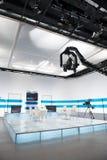 Studio de télévision avec l'appareil-photo et les lumières de potence photographie stock libre de droits