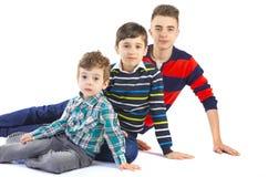 Studio de tir avec trois frères Images stock
