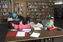 Studio degli allievi della scuola elementare Immagini Stock
