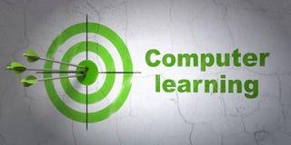 Studio del concetto: apprendimento di computer e dell'obiettivo sul fondo della parete Immagine Stock Libera da Diritti
