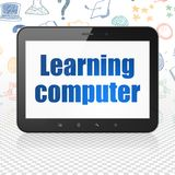 Studio del concetto: Computer della compressa con l'apprendimento del computer su esposizione Fotografie Stock Libere da Diritti