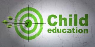 Studio del concetto: istruzione del bambino e dell'obiettivo sul fondo della parete Immagini Stock Libere da Diritti