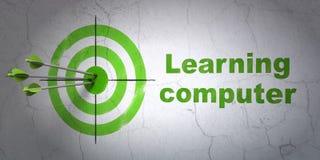 Studio del concetto: obiettivo e computer di apprendimento sul fondo della parete Fotografie Stock