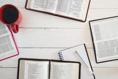 Studio della bibbia del gruppo immagini stock libere da diritti