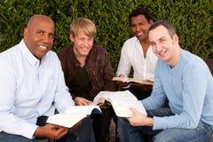 Studio della bibbia del gruppo del ` s degli uomini Piccolo gruppo multiculturale Immagine Stock