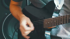 Studio della chitarra di Playing An Electric del chitarrista a casa stock footage