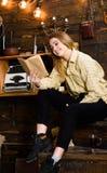 Studio della studentessa con il libro in casa della guardiacaccia Concetto di studio Signora sul fronte sorridente in vestiti del Fotografia Stock