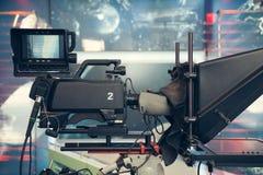 Studio della televisione con la macchina fotografica e le luci - NOTIZIE della TV di registrazione Fotografie Stock Libere da Diritti