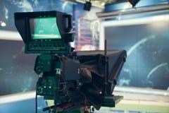 Studio della televisione con la macchina fotografica e le luci - NOTIZIE della TV di registrazione Fotografia Stock Libera da Diritti