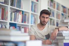 Studio dello studente nella biblioteca di scuola Fotografie Stock