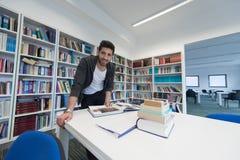 Studio dello studente nella biblioteca di scuola Immagine Stock