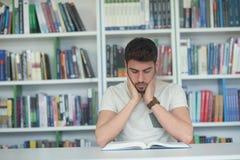 Studio dello studente nella biblioteca di scuola Immagini Stock