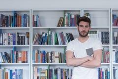 Studio dello studente nella biblioteca di scuola Immagini Stock Libere da Diritti
