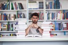 Studio dello studente nella biblioteca di scuola Fotografia Stock