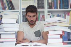 Studio dello studente nella biblioteca di scuola Fotografie Stock Libere da Diritti