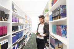Studio dello studente nella biblioteca di scuola Fotografia Stock Libera da Diritti