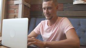 Studio dello studente Uomo che per mezzo del calcolatore stock footage