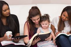 Studio devozionale della bibbia delle signore fotografie stock libere da diritti
