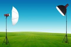 Studio di fotografia con una messa a punto leggera sul campo di erba verde Immagine Stock