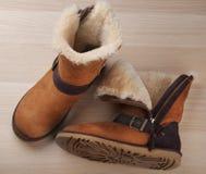 Studio di legno della tavola di Autumn Woman Boots di inverno giallo immagini stock libere da diritti