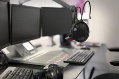 Studio di radiodiffusione moderno della stazione radio del microfono immagini stock libere da diritti