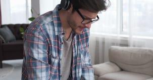 Studio di registrazione di musica del DJ a casa stock footage