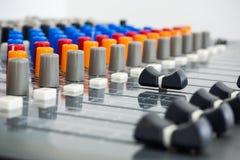 Studio di registrazione professionale con la console di miscelazione Fotografie Stock Libere da Diritti